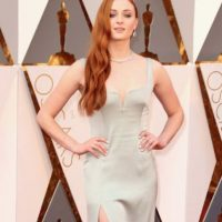 Sophie Turner, con un fitting y color nada favorecedores, pero con toda la actitud. Foto: vía Getty Images