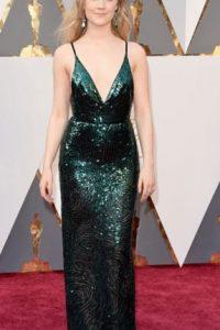 Saoirse Ronan, con lentejuelas, pero con un color increíble. Foto:vía Getty Images