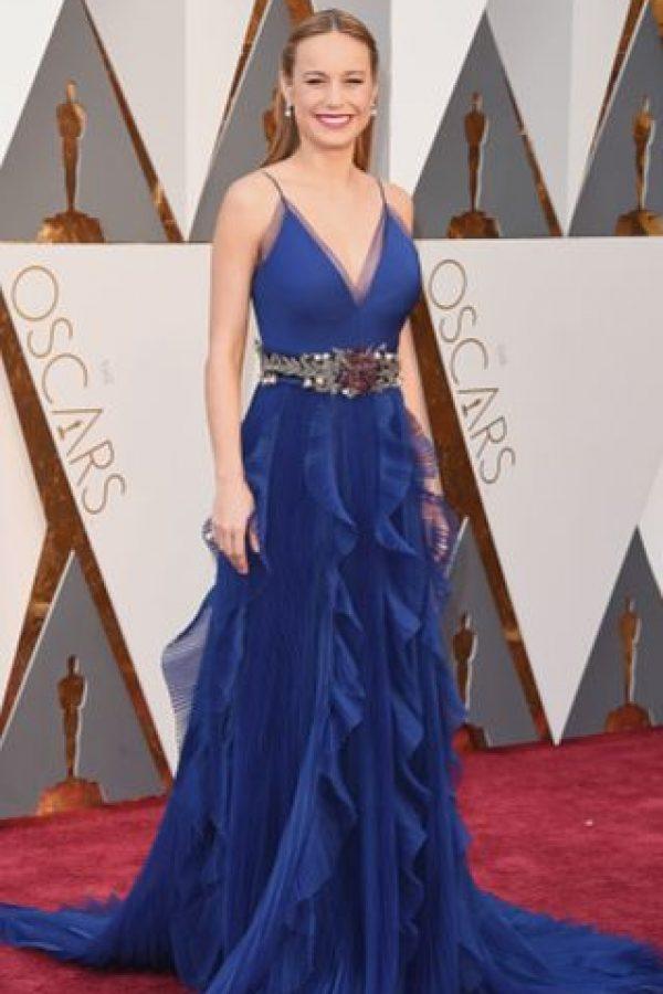 Brie Larson, como estrella latina de telenovela en los premios Tv y Novelas. El cinturón, estruendoso, el escote obvio. Foto:vía Getty Images