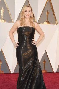 Kate Winslet, qué absoluto desastre. Parece envuelta en tela industrial, el pelo como si viniera de un concierto. ¿Qué le pasó al glamour? Foto:vía Getty Images