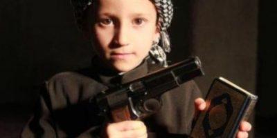 A través de redes sociales, ISIS ha difundido imágenes de bebés y niños vestidos como yihadistas o como sus militantes Foto:Twitter.com – Archivo