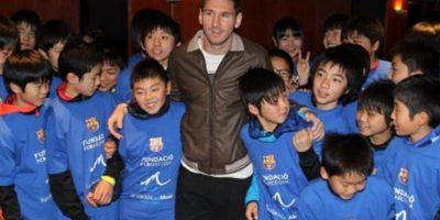 7. En enero de 2016, junto con Javier Mascherano, visitó un hospital infantil para darle alegría a estos niños enfermos. Foto:Vía facebook.com/FundacionLeoMessi