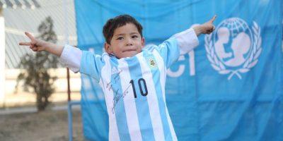 9. También en febrero un niño afgano se hizo famoso por usar una camiseta de Lionel Messi hecha en una bolsa de plástico Foto:Vía twitter.com/UNICEFargentina