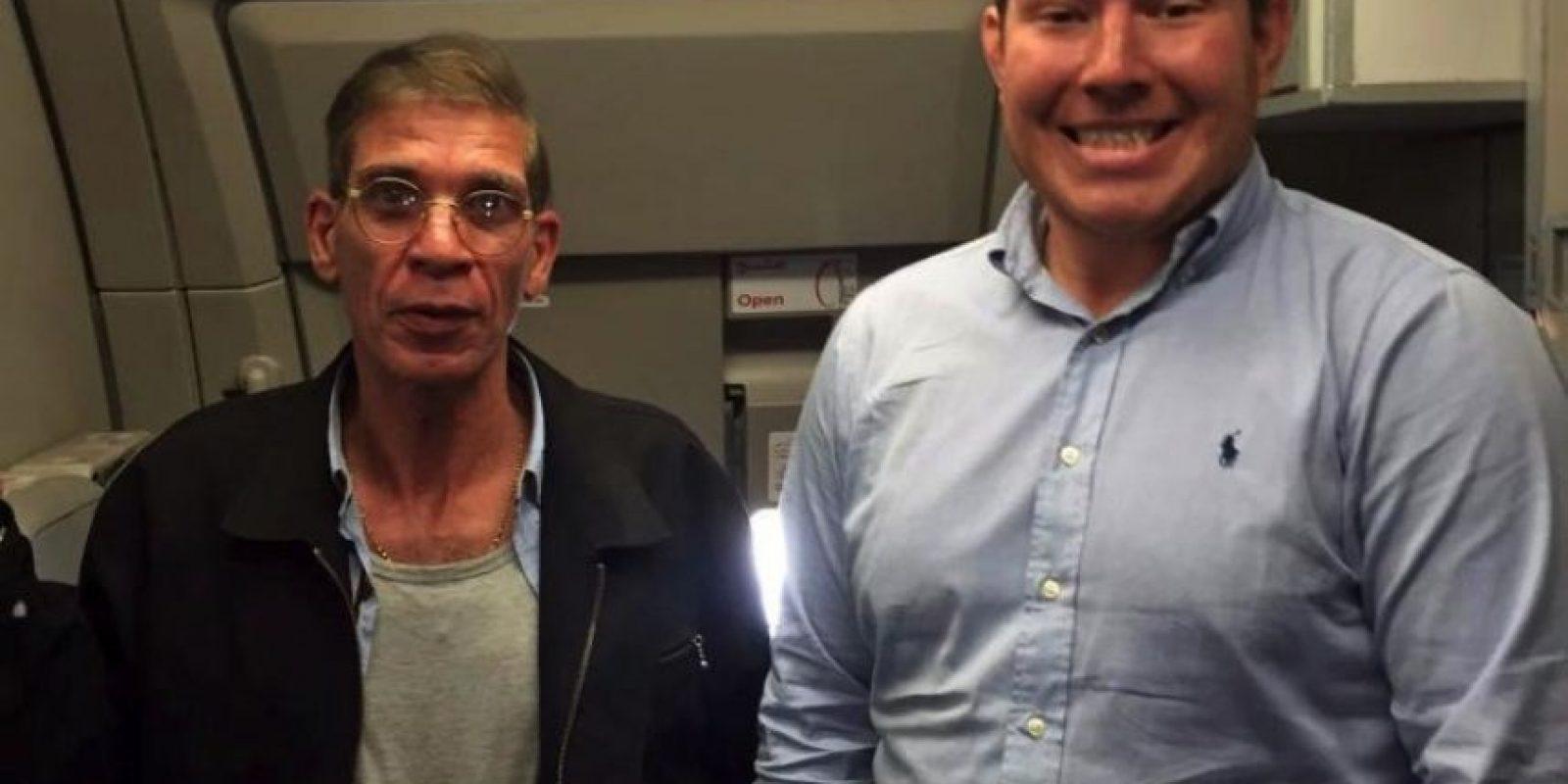 Esta fue una de las fotografías de la semana. Un hombre posa junto a un presunto suicida que planeaba hacer estallar un avión Foto:Twitter