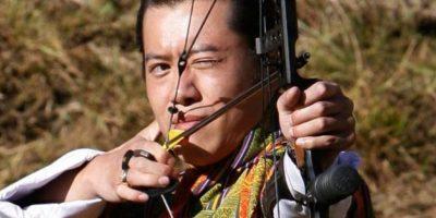 El rey de Bután es amante del tiro con arco y también es fanático del baloncesto Foto:Getty Images