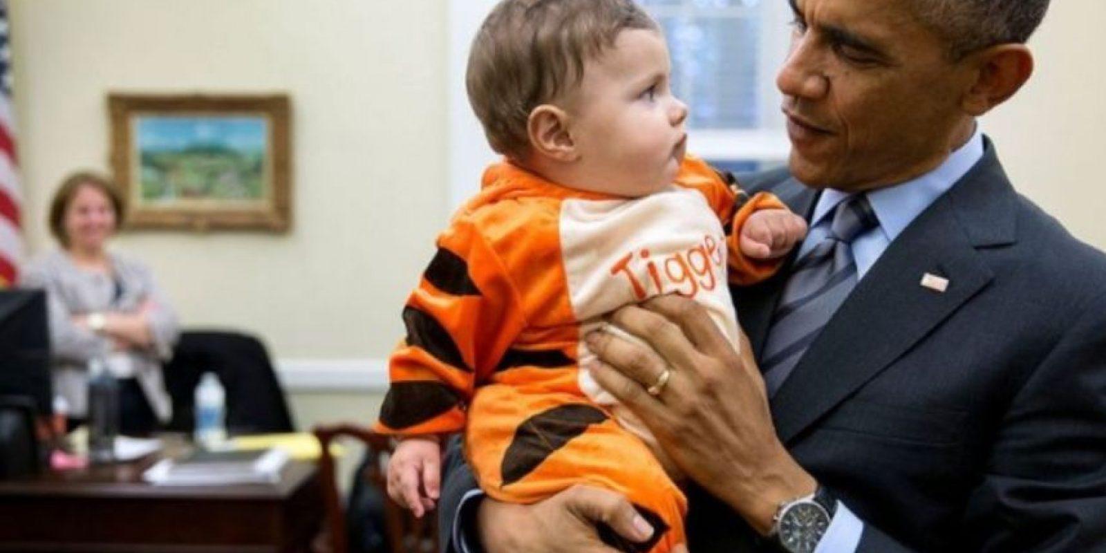 Al parecer disfruta de cargar a los más pequeños. Foto: Vía whitehouse.gov/photos