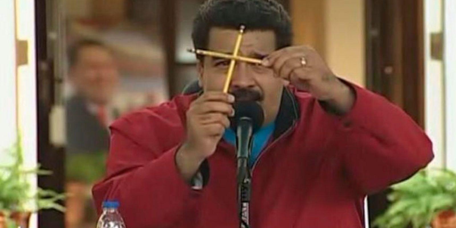 Consistía en poner dos lápices en forma de cruz, y en cada cuadrangular tener una opción de respuesta . Foto:Twitter