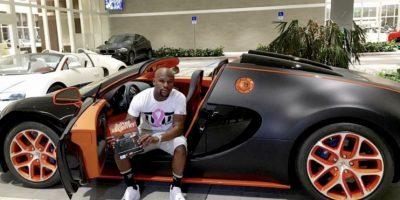 """Él también se consiente. Una de sus """"joyas"""" es este Bugatti Veyron de 3.5 millones de dólares. Foto:Vía instagram.com/floydmayweather"""