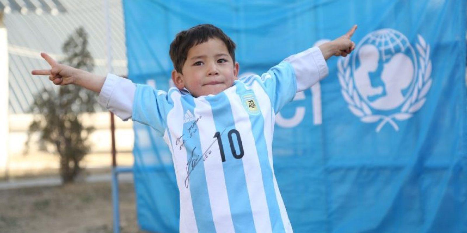 Se trata del niño afgano que se hizo famoso por llevar la camiseta de Lionel Messi hecha de una bolsa de plástico. Foto:Vía twitter.com/UNICEFargentina