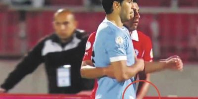 En duelo clasificatorio a Brasil 2014, el chileno ya usó esta táctica con Luis Suárez. En una jugada de tiro de esquina, Jara le tocó los testículos al delantero y este respondió con un puñetazo en la cara, acción que para su fortuna, el árbitro no vio. Foto:Vía twitter.com/as_agabilondo