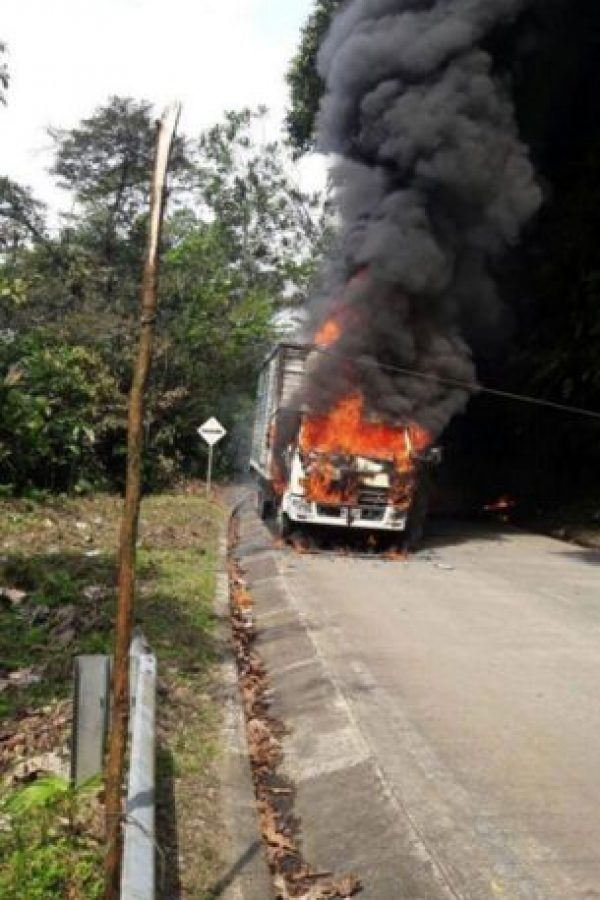 Presuntos miembros del Eln habrían quemado buses en Chocó Foto:Tomada de Twitter @AndresFeArcos