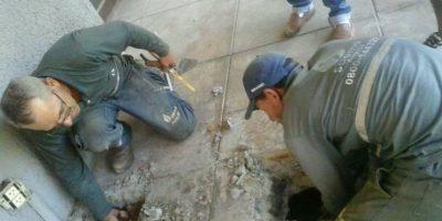 Tuvieron que hacer un hoyo en el suelo Foto:Facebook.com