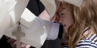 La pequeña parecía estar muy tranquila frente a la presencia del religioso. Foto:AP