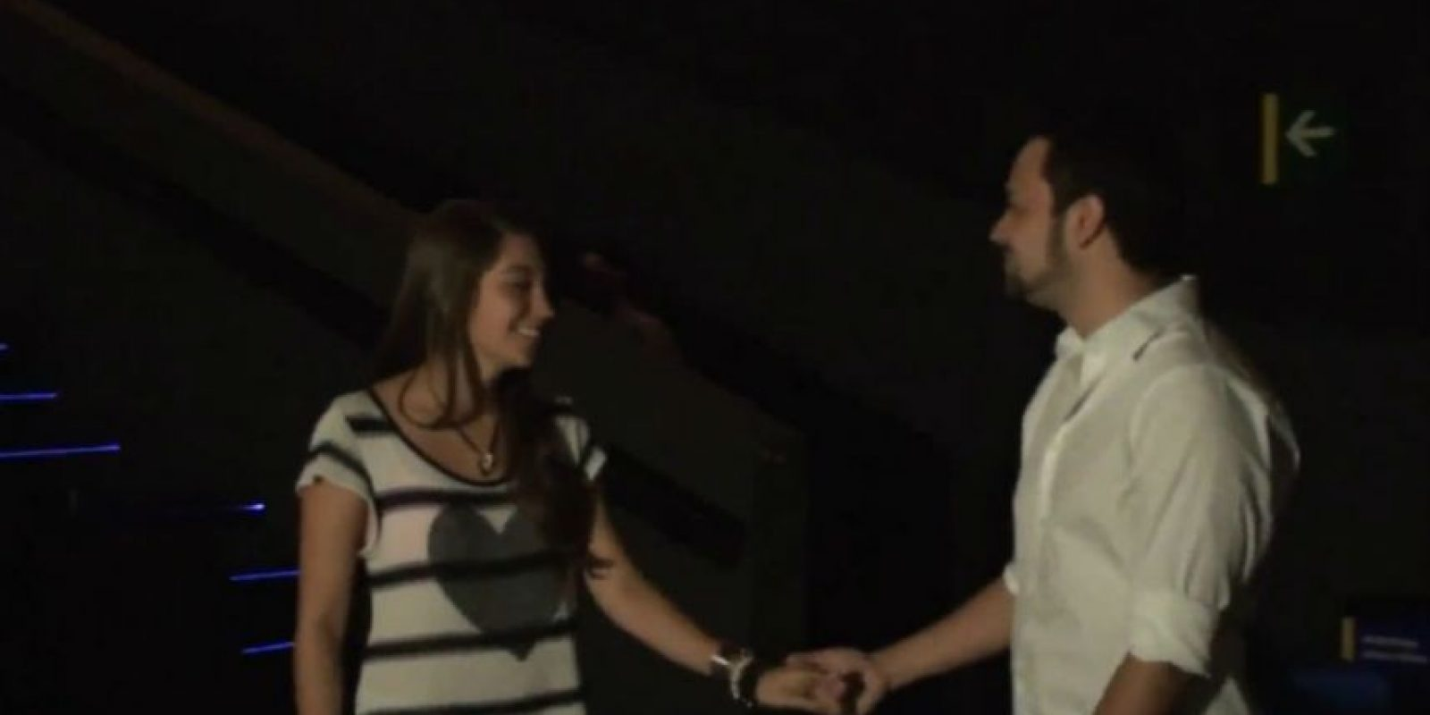 Esta chica pensó que estaba viendo los cortos de una película, pero en realidad se trataba de una propuesta de matrimonio. Foto:Youtube