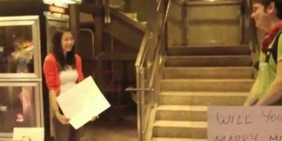 Esta chica, por medio de un mensaje escrito en tarjetas, le pide matrimonio a su novio. Foto:Youtube