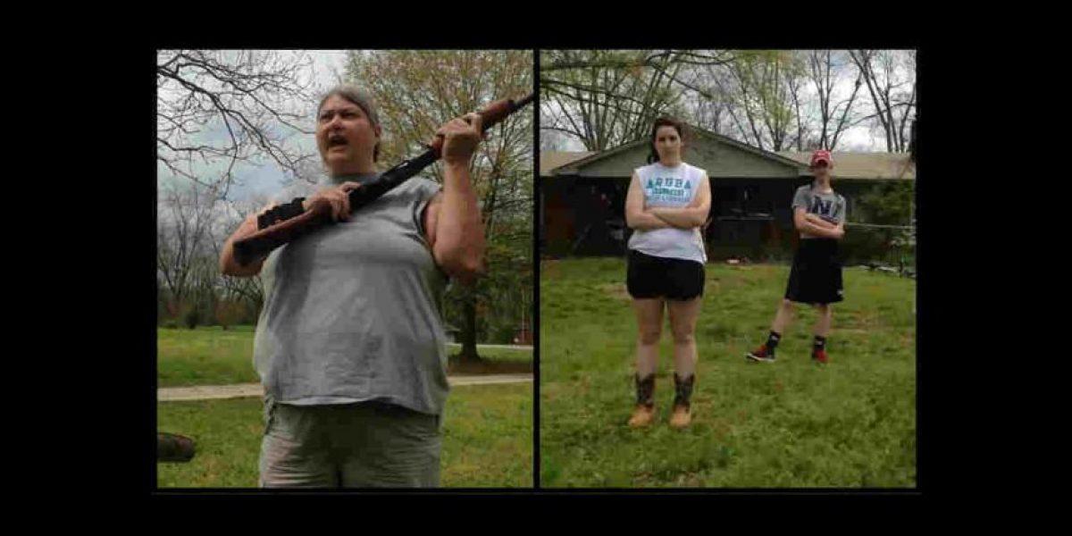 Video: Madre dispara al iPhone de sus hijas con escopeta