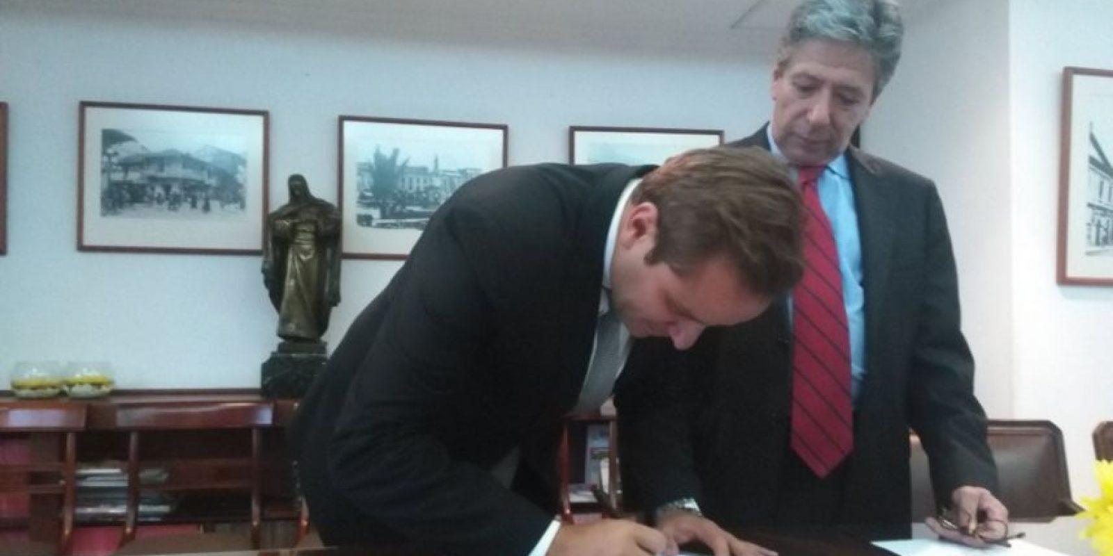 Castro firma la resolución de su nombramiento, bajo la mirada del presidente del Concejo Roberto Hinestroza Foto:Twitter – @concejodebogota