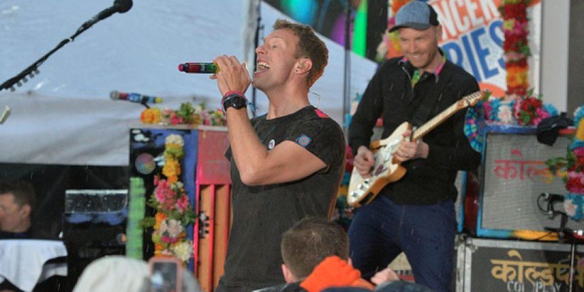 Chris Martin, vocalista de Coldplay, se cayó en pleno concierto en Bogotá