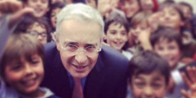 Visita de expresidente Álvaro Uribe al Gimnasio Campestre de Bogotá. Foto:Tomada de Twitter @aliriab