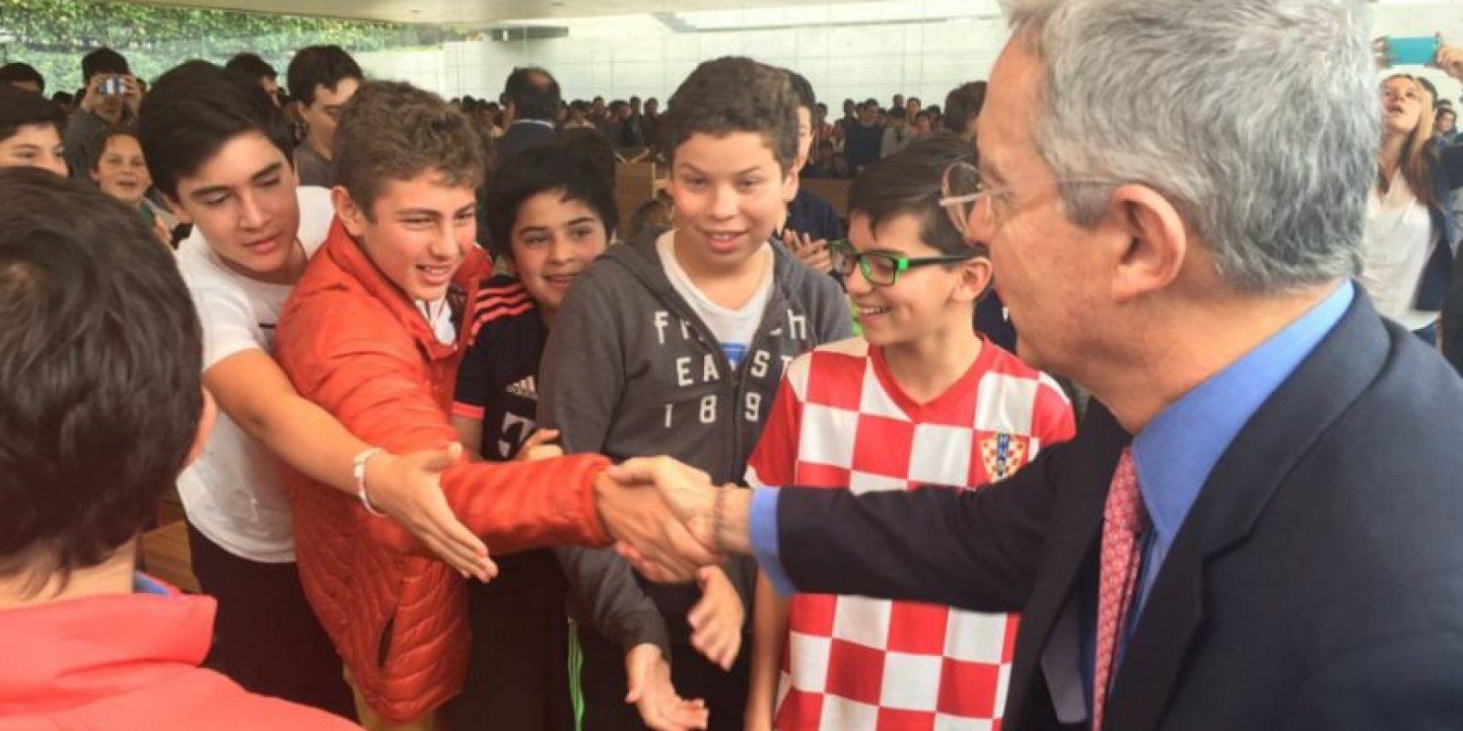 Visita de expresidente Álvaro Uribe al Gimnasio Campestre de Bogotá. Foto:Tomada de Twitter @AlvaroUribeVel