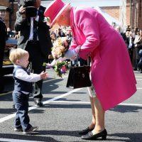 Su Majestad cuenta con un miembro especial del personal con el mismo número de calzado, que se encarga de comprobar el calzado real. Foto:Getty Images