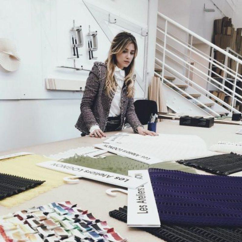 O en la preparación de la colección de Chanel. Foto:vía Instagram
