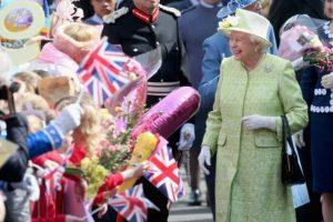 Decenas de seguidores se presentaron fuera del castillo de Windsor para darle flores y saludarla. Foto:Getty Images