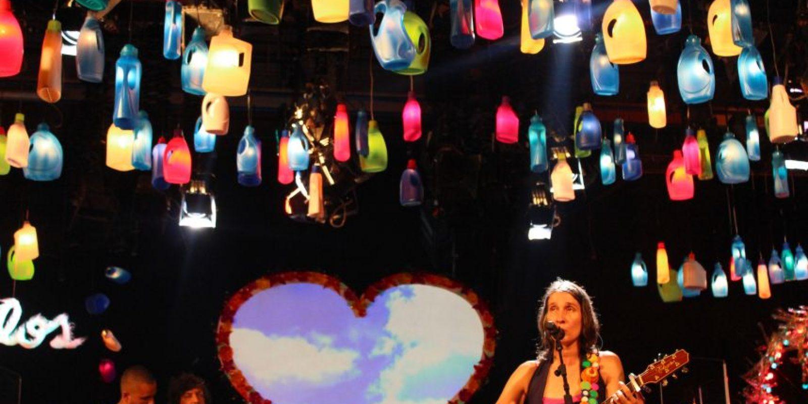 """La banda ya había mostrado en su trabajo 'Caribe Atómico' una fuerte apuesta por el reciclaje. Sin embargo, con 'Reluciente, Rechinante y Aterciopelado', los objetos hechos con """"basuritas"""", como la misma Andrea los describe, se roban la atención, especialmente las miles de botellas de plástico que iluminaron el escenario. Foto:Cortesía"""