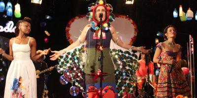 'Reluciente, Rechinante y Aterciopelado' inclutye ocho canciones clásicas, dos de los proyectos solistas de Andrea y Héctor Buitrago, y un tema nuevo titulado RE, que además de estar grabado en esa nota, es una canción homenaje al segundo disco de la banda de rock mexicana Café Tacvba, que en 2014 cumplió 20 años de su lanzamiento. 'Florecita Rockera' volvió a sonar, pero esta vez con las voces de Catalina García, vocalista de Monsieur Periné, y Goyo de ChocQuibTown, quienes se dejaron contagiar de la onda ambientalista. Foto:Cortesía