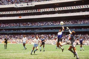 """Con este gol, Argentina ganó 2-1 ante Inglaterra en el Mundial México 86, en un episodio conocido como """"La mano de Dios"""". Foto:Getty Images"""