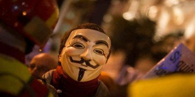 "Estos hackers se caracterizan por usar la máscara de ""V for Vendetta"". Foto: Getty Images"
