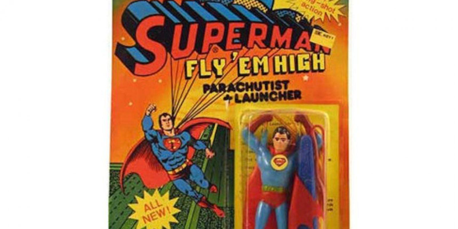 Superman con un paracaídas que necesita mucho. Foto:vía Tumblr/ Bootleg Action Figures