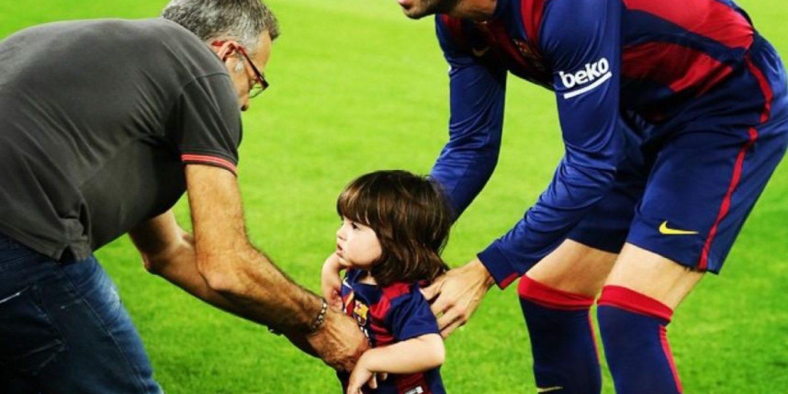 Gerard Pique con el pequeño Milan, primogénito del defensa culé y la cantante Shakira Foto:Instagram: @3gerardpique