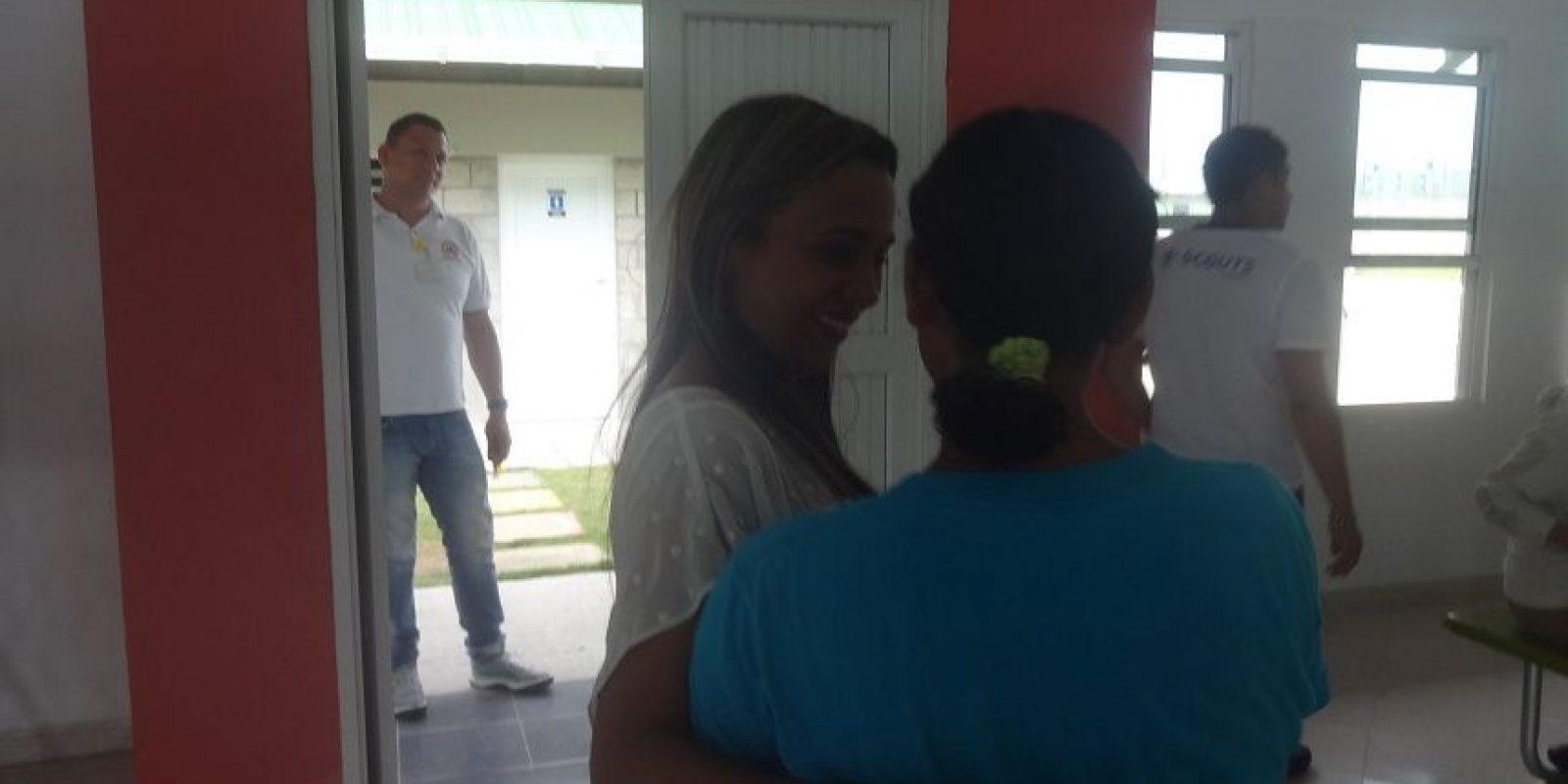 Leyla Yidios, directora junto a una alumna