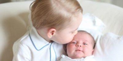 Al lado de su hermano George. Foto:vía Facebook/The Royal Family