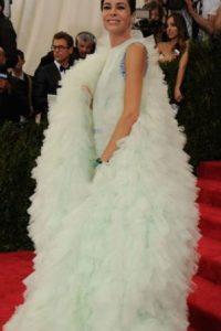Allison Saforin con el resto el vestido de Björk. Foto:vía Getty Images