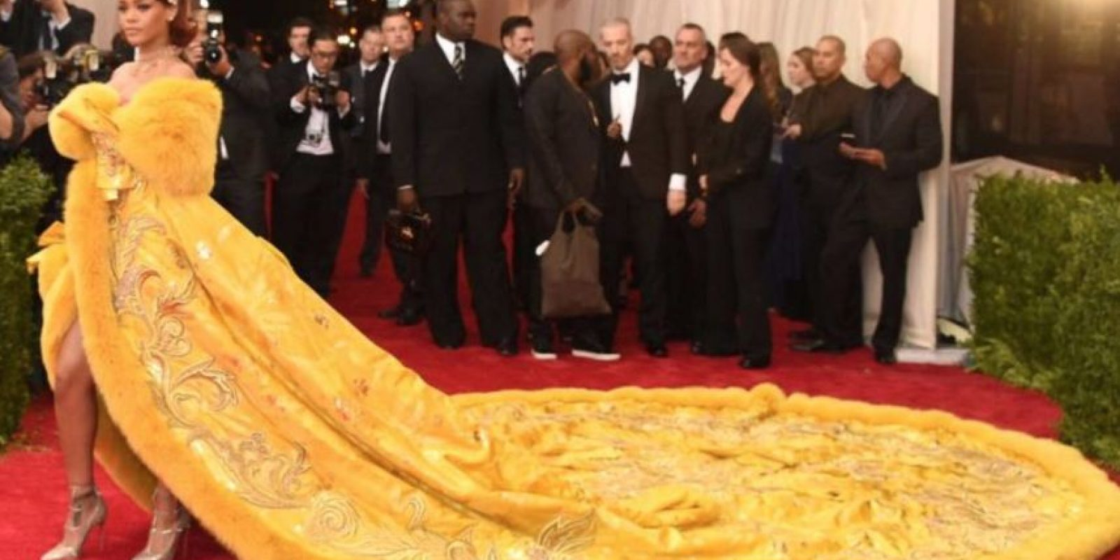 Rihanna con este vestido de Guo Pei. Una obra de arte, pero el arte no es jamás comprendido. Foto:vía Getty Images