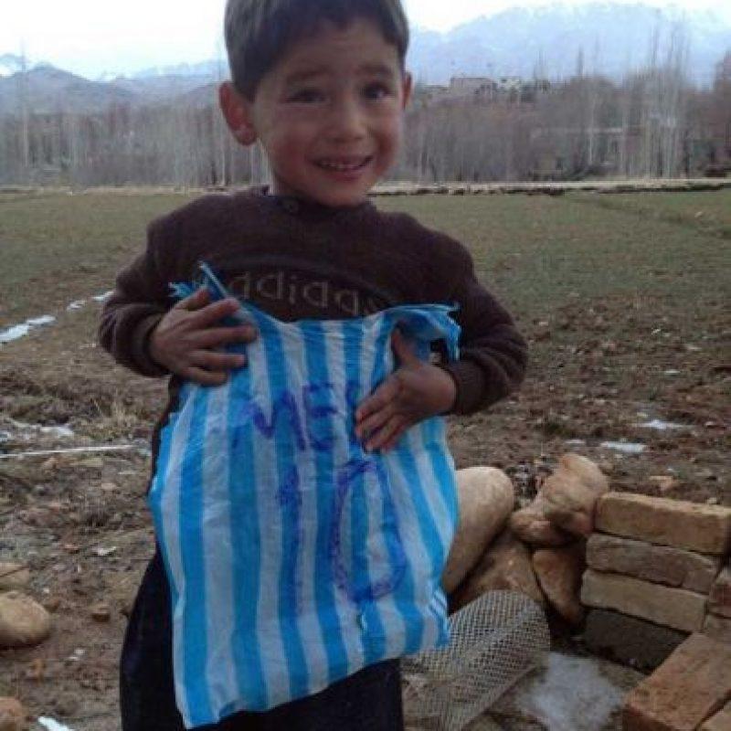 Leo Messi cumplió el sueño del niño al enviarle su camiseta firmada. Foto:Twitter