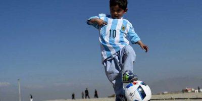 Y Unicef Argentina le regaló el jersey de la selección con el nombre y número de su ídolo. Foto:AFP