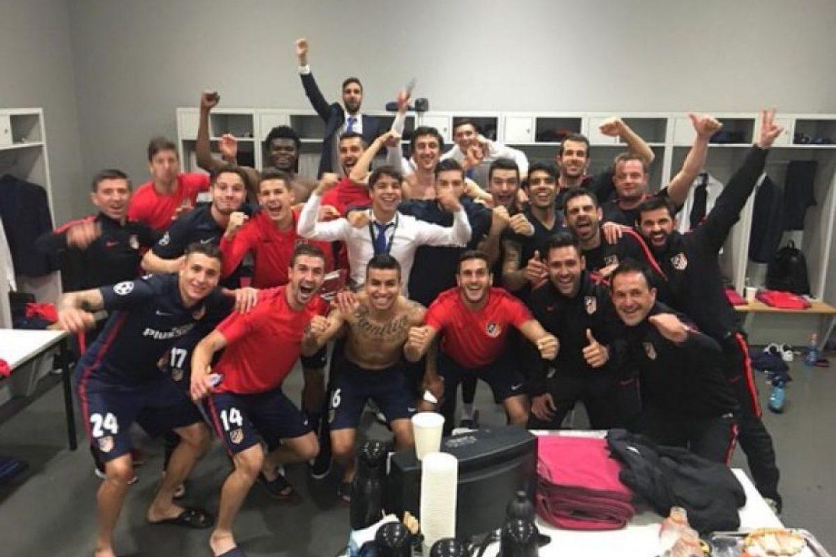 Al final, la foto del recuerdo en el vestidor. Foto:Vía twitter.com/Atleti