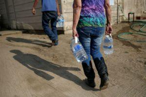 Ponen en peligro el suministro de agua potable contaminantes como el derrame de derivados del petróleo. Foto:Getty Images
