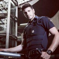 El guardia de seguridad de este transporte también es modelo y se ha transformado en toda una figura pública en Brasil. Foto:Vía Instagram/guilhermeleaoficial