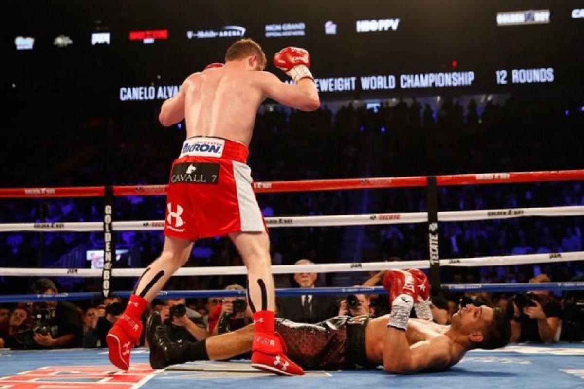 Álvarez asestó un largo derechazo que hizo caer a Khan de espaldas sobre la lona Foto:Getty Images