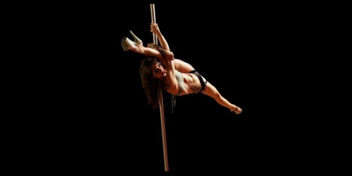 Esposa de estrella de WWE gana concurso de pole dance