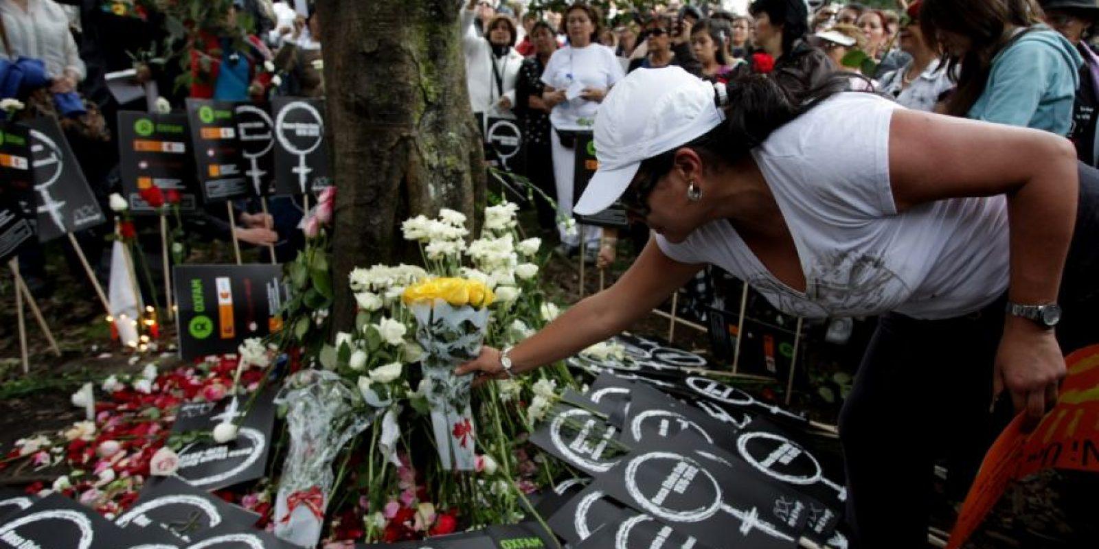 Mujeres dejando flores en el lugar donde fue hallada Rosa Elvira Cely tras ser violada, golpeada y empalada. Foto:EFE