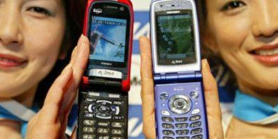 Los famosos también han vuelto a la moda de los celulares tipo portafolio. Foto:Getty Images