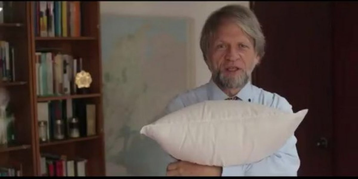 Mockus convoca a la última guerra en Colombia, ¡pero de almohadas!