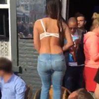 Y una chica decidió hacer un striptease en una plaza pública Foto:Twitter