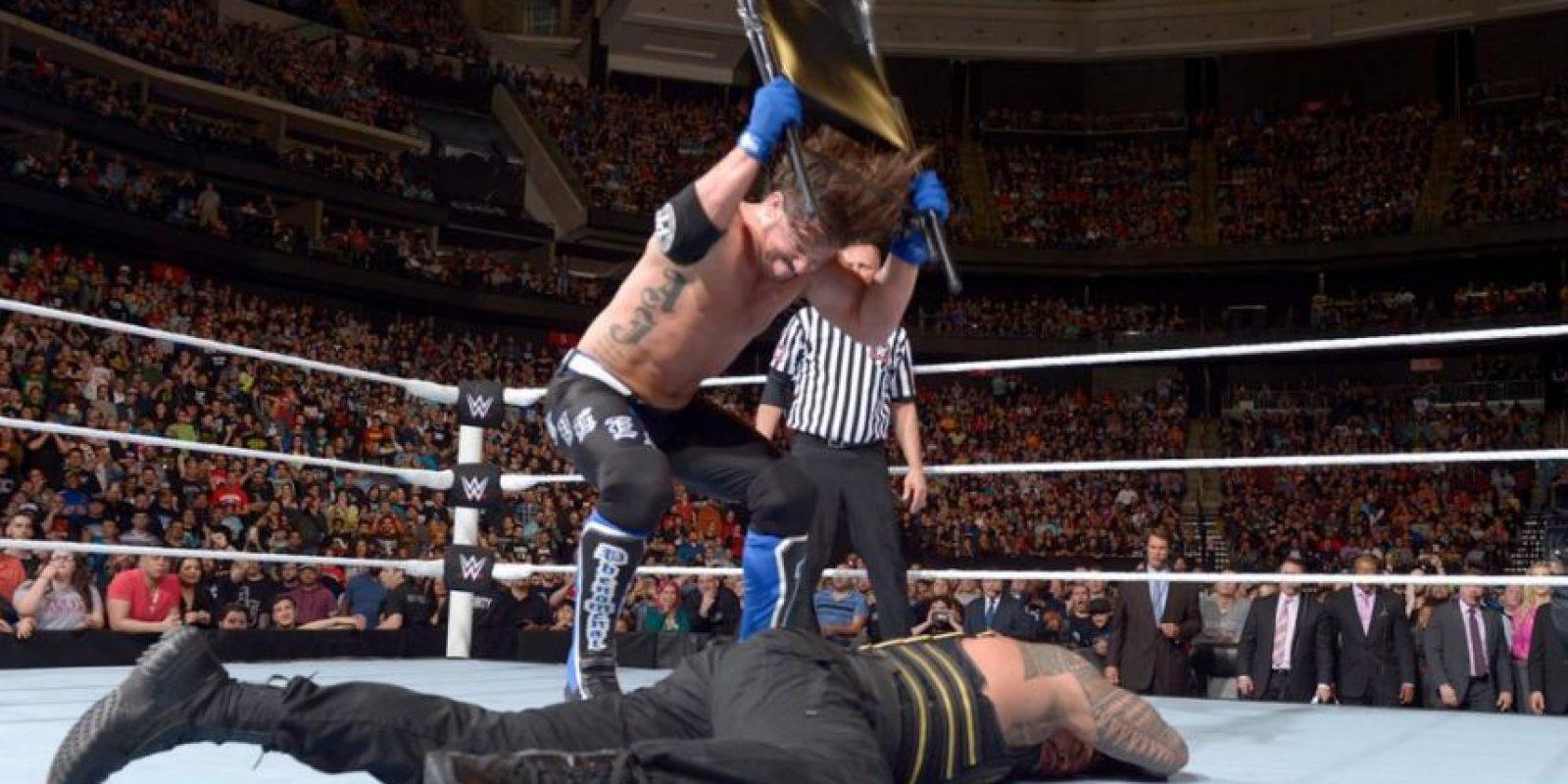 En la lucha entre Reigns y Styles hubo de todo Foto:WWE