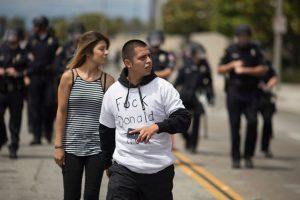 """Fueron obligados a abandonar el área """"por el bien de la seguridad pública"""", indicó Daron Wyatt, vocero de la policía de Anaheim. Foto:Getty Images"""